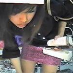 【パンチラ盗撮動画】女の子の可愛いお顔を拝見してからモッコリマンゴー痴態を凝視!商品棚からお邪魔しますw