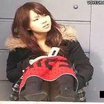 【パンチラ隠し撮り動画】地べたに座り込んだアイドル級女子大生がタオルガードしてるも白パンティは見えているw