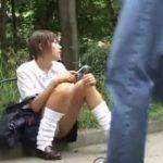 【パンチラ盗撮動画】人通りのある公道に腰かけた制服JKの股間にズームすると持ち込みの二枚貝が露出してるw