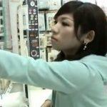 【パンチラ盗撮動画】雑貨売り場で痴女美人と撮り師が競演!パンティの中央がパックリと開いて機能が全て台無しw