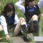 【パンチラ盗撮動画】河原で座って女子トークに花を咲かせている放課後の制服JKの股間が開いてパンティGETw