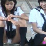 【パンチラ隠し撮り動画】酒井法子を小顔にしたような美少女JKの股間が無防備過ぎて白パンティを正面からガン見w