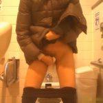 【女子トイレ盗撮動画】素人一般女性が下半身丸出しでおま●こ拭き拭きするシーンを真正面から撮影いたしました