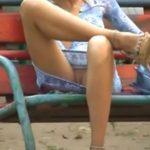 【パンチラ盗撮動画】公園ベンチで足癖の悪いスレンダー美脚人妻の股間様が丸見え!お電話に夢中のようでしたw