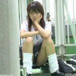 【パンチラ盗撮動画】ご機嫌斜めそうな制服女子高生には股間のガードなんて関係のない様子でしたので真向撮影w