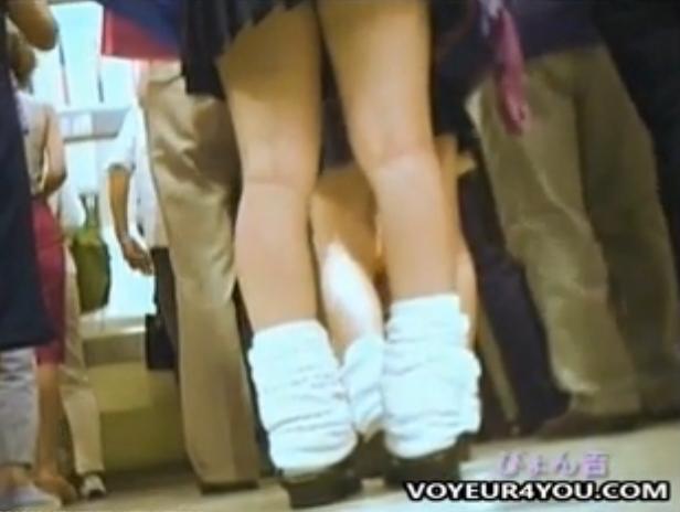 【パンチラ隠し撮り動画】今は亡きルーズソックス全盛期の盗撮史の産物!未成熟な下半身と見るパンティの魅力w