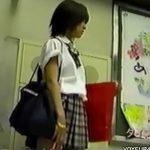 【パンチラ盗撮動画】このレベルの美少女JKのスカート内に白いパンティが装着されていたら見ないと損しますよねw