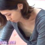 【胸チラ盗撮動画】街中無防備に乳首を撮影された綺麗なお姉さん達!貧乳ぎみで開いてしまう隙間からモロ見えw