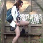 【お宝動画】友人に煽られて野外立ちションしちゃった無邪気な放尿JK!鮮やかに放物線を描いた感動の瞬間ww