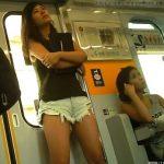 【足フェチ盗撮動画】電車で発見したショートパンツから伸びる太腿が大充実なギャルの美脚をマニアが撮り続けたw