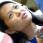 【盗撮動画】アジアンDOCTORギャルのランチタイムに密着!テーブル下でオシッコを我慢してるのか足をパタパタw