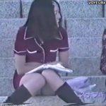 【隠し撮り動画】階段に腰かけたロリフェイスの美少女の無邪気な姿と股間からチラ付くパンチラに元気をもらったw