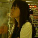 【パンチラ盗撮動画】コンビニ最大手セブンイレブン店内にて鋭い眼光で腕を組み商品を見定める美人妻のパンティw