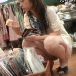 【パンチラ盗撮動画】お買い物中ギャルの股間を靴カメで前方激写!紐のような状態でパンティの存在意義がないw