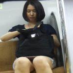 【隠し撮り動画】電車でミディアムボブがお似合いの超美人ギャルの対面に座る!魅惑の股間の隙間を狙いまくりw