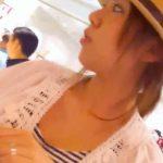 【胸チラ盗撮動画】ハットがお似合いでパッチリとしたお目目が可愛らしい美人ショップ店員さんの白い胸元を凝視w