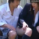 【カップル盗撮動画】白昼堂々と彼氏のチ●ポにご奉仕する可愛い制服女子高生のご褒美には青姦中出しセックスw