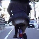 【パンチラ盗撮動画】自転車乗ってる制服女子高生を尾行して風で捲れるスカート内から執念を燃やしパンティ激写w