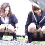 【盗撮動画】制服女子高生の野外放尿現場!二人で野ションして二人でティッシュを分け合って使用とは感動ものw