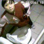 【観覧注意】マジでヤバいトイレ盗撮もの!完全ユ●フォームに7ELEVENとロゴ入りなアルバイト女性が被害遭遇!