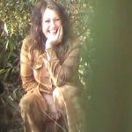 【盗撮動画】メッチャ美人なお姉さんが超素敵なスマイルで野外放尿してアソコ拭いてないんだが異常に興奮するw