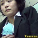 【高画質盗撮動画】リクスーOLのマシュマロ女子は重度のオナニー中毒だった!クチュクチュと響き渡る猥褻音w