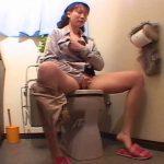 【自慰行為盗撮動画】会社の事務のオバサンがトイレに籠って大股開いてオナニーしてしまった破廉恥シーンですw