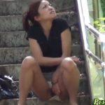 【盗撮動画】モゾモゾと落ち着きのないお姉さんを視姦してると器用にも階段でパンティをズラして野外放尿し始めたw