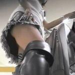 【パンチラ盗撮動画】やはり最強の被写体である美人ショップ店員さんの逆さ撮りパンティのお色気ダダ漏れ映像w