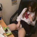【オナニー盗撮動画】マンガ喫茶の個室で美少女JKがパンティの脇からマ○コを弄り始めて我慢できずに脱ぎだしたw