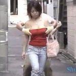 【悪戯盗撮動画】路地裏に入るとご用心!チューブトップギャルに容赦なく襲い掛かるオッパイ強襲者のゴッドハンドw