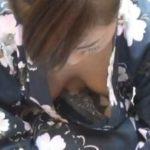 【胸チラ盗撮動画】ノーブラ浴衣お姉さんの金魚すくいに密着!夢中になって胸元が肌蹴てきてもお構いなしですw