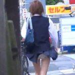 【パンチラ盗撮動画】尋常でなくカワエロなパンティ映像!道行く制服女子高生のスカートをイタズラな風が捲りあげw
