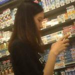 【高画質盗撮動画】某有名ドラッグストアで買い物中の激カワ娘に付き纏うように逆さ撮りしてパンチラ勝ち取ったw