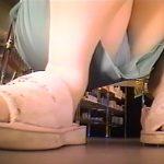 【隠し撮り動画】商品棚に仕掛けたカメラで大人気のキティちゃんサンダルを愛用する美ギャルのパンチラ股間撮りw