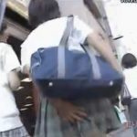 【パンチラ盗撮動画】風でスカート捲れて見える本物JKのパンティも最高だが無邪気なリアクションがさらに楽しいw