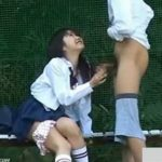 【セックス盗撮動画】愛くるしい美少女な制服JKが彼氏と校庭のベンチで青姦ファック!巨根でパコパコされまくりw