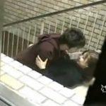 【青姦SEX盗撮動画】裏階段の踊り場でカエルのような体制の激カワ女子大生に乗っかる男性!完全にハメてるw