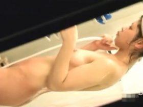 【観覧注意】他人様家の敷地内に侵入し浴室で可愛い娘さんの裸体を盗撮して楽しんでると目が合って完全バレた!