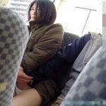 【盗撮動画】バス内でチラリズムを隠し撮りしていたら後部座席でパンティの中に手を突っ込まれている女性を発見!