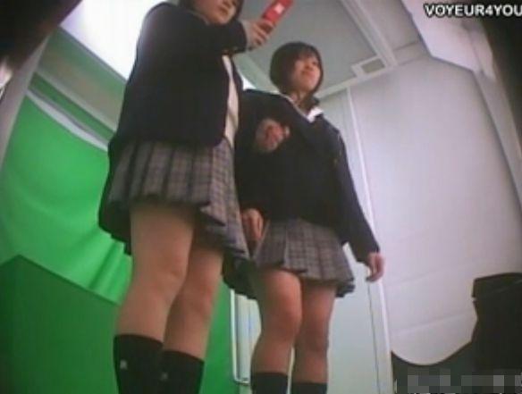 【パンチラ盗撮動画】プリクラ撮影中の本物女子高生の素の表情とパンティを撮影するのは順番待ちの撮り師だったw