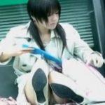 【パンチラ盗撮動画】路上に座り込んだ激カワ娘の股間からパンティ覗き撮り!ズームすると割れ目に食い込んでるw