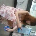 【パンチラ盗撮動画】路上でしゃがみ込んだこちらのお姉さまの正面に回り込んで黒い布切れのトライアングル激写w