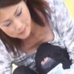 【胸チラ盗撮動画】美人過ぎ若妻の子育て中の胸元に密着!いまだに母乳が出てきそうな柔らかオッパイを凝視w