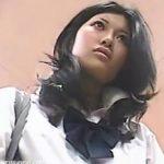 【パンチラ盗撮動画】十代にして完成された制服ギャルJKのパンティをローアングルから視姦した危険映像w