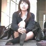 【パンチラ盗撮動画】本物制服JKが階段に腰かけていたので正面に回り込んで股間からパンティを撮影してあげたw