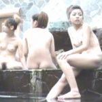 【女子風呂盗撮動画】露天風呂に全裸ギャル集団ご来場!左端の女の子のオマ○コを完全丸見え状態で捕獲w