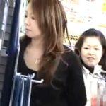 【隠し撮り動画】店内で発見した美人お姉様のパンティを撮りたくてネバリにネバって執念で撮影した渾身の作品w