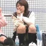 【隠し撮り動画】路上に座ってチュッパチャップスを頬張りながら女子友とお喋りしてパンティ露出させた女子高生w