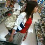 【パンチラ盗撮動画】ガチ本物!夕時のスーパーで買い物する人妻主婦層のパンティを逆さ撮りした危険な代物!